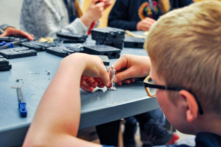 Illustrasjonsfoto. Bilde av gutt med tinnsoldat.