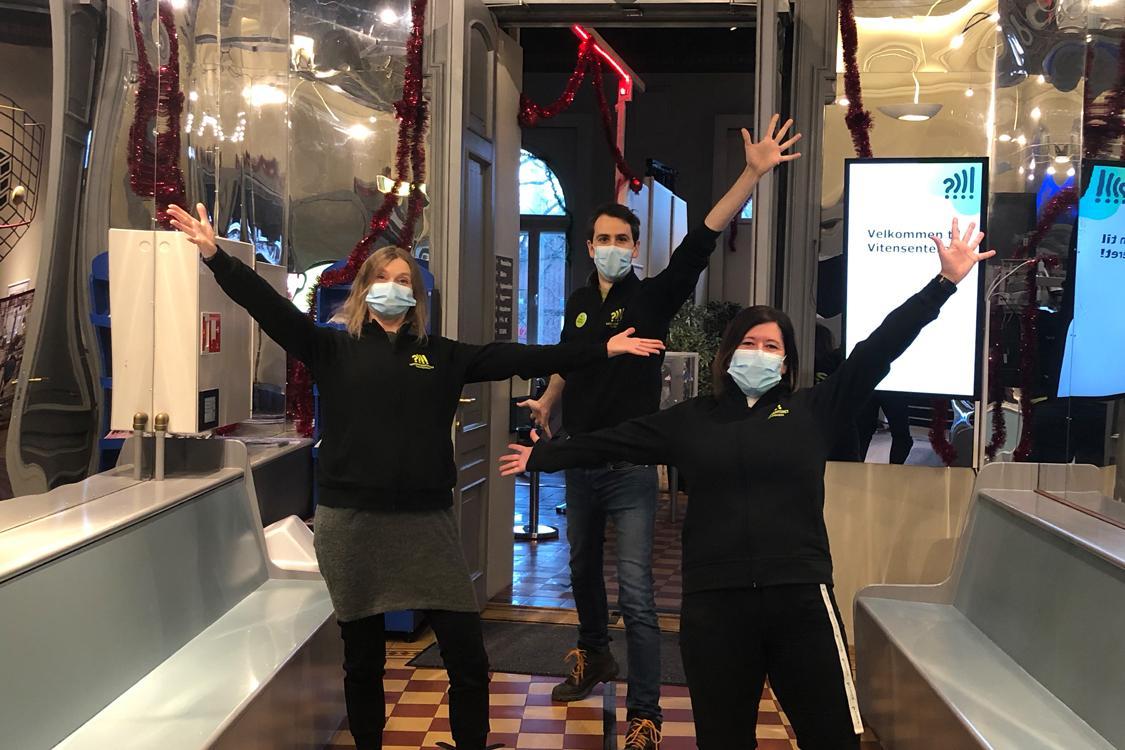tre ansatte med munnbind