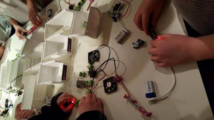 Barn som eksperimenterer med elektronimkk